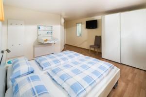 Haus Seewind Schlafzimmer mit TV und Winkelkonsole