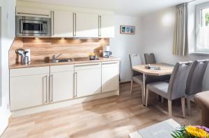 Haus Seewind Wohnraum mitintegrierte Küchenzeile und Essplatz